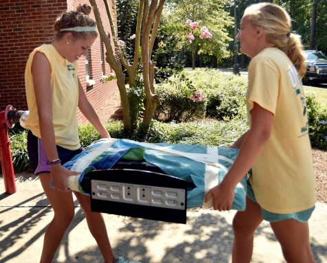 UNCW student-athletes helped new students with move-in on campus. Photo courtesy- UNCW sports
