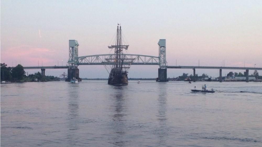El Galeon arrives in Wilmington Friday night. Photo by Hannah Leyva, Port City Daily