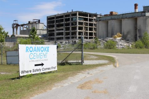 The Ideal Cement plant, which would have been overhauled by Titan America, lays in ruin in Castle Hayne. (Port City Daily photo/BEN SCHACHTMAN)